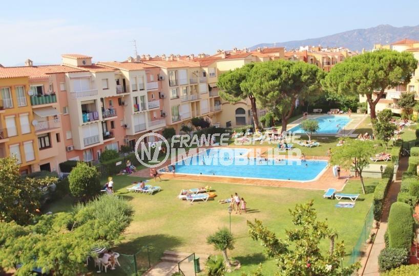 appartement a empuriabrava, 53 m², vue sur la piscine depuis le balcon