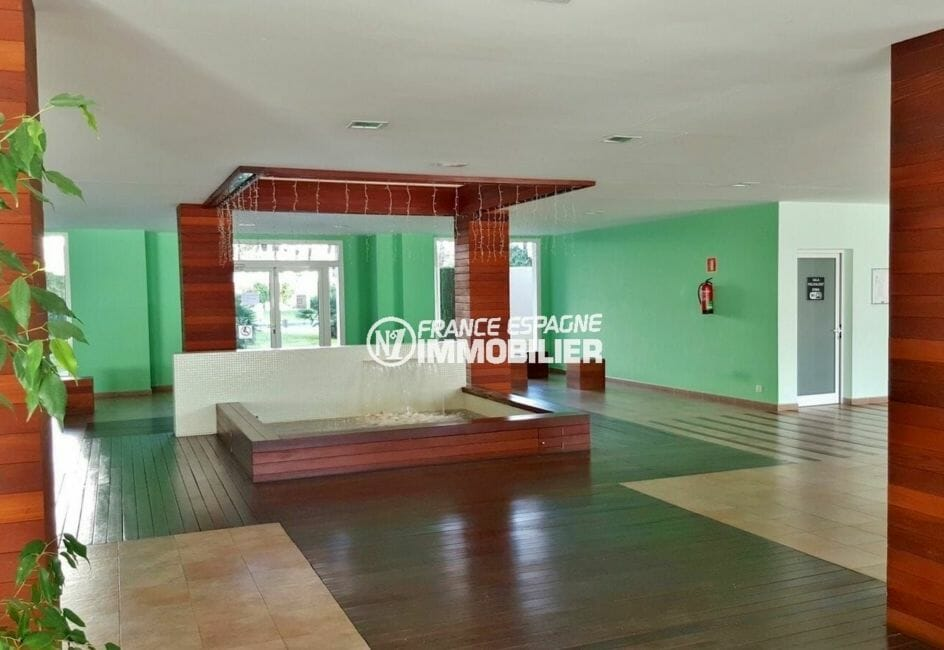 immo center rosas: appartement 50 m², vue sur le hall d'entrée de la résidence