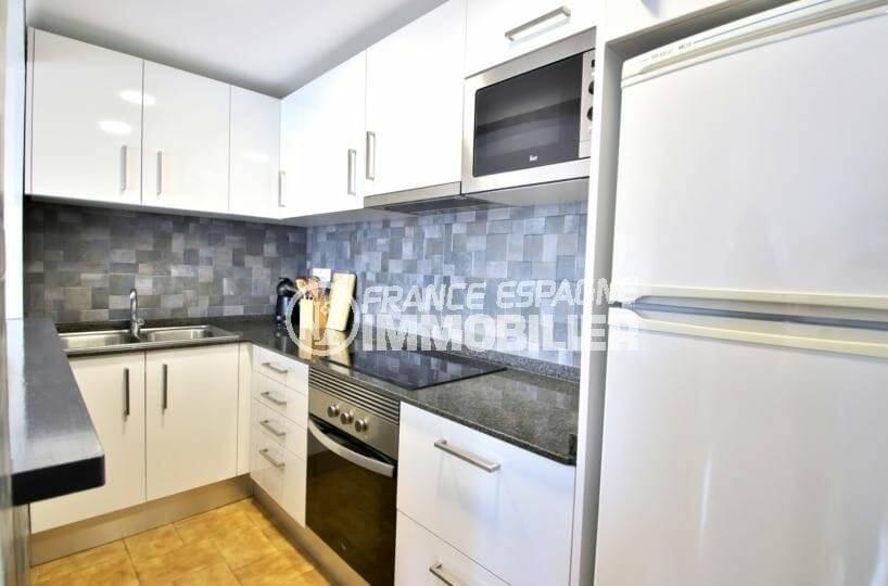 roses immobilier: appartement atico 65 m², cuisine américaine fonctionnelle et équipée