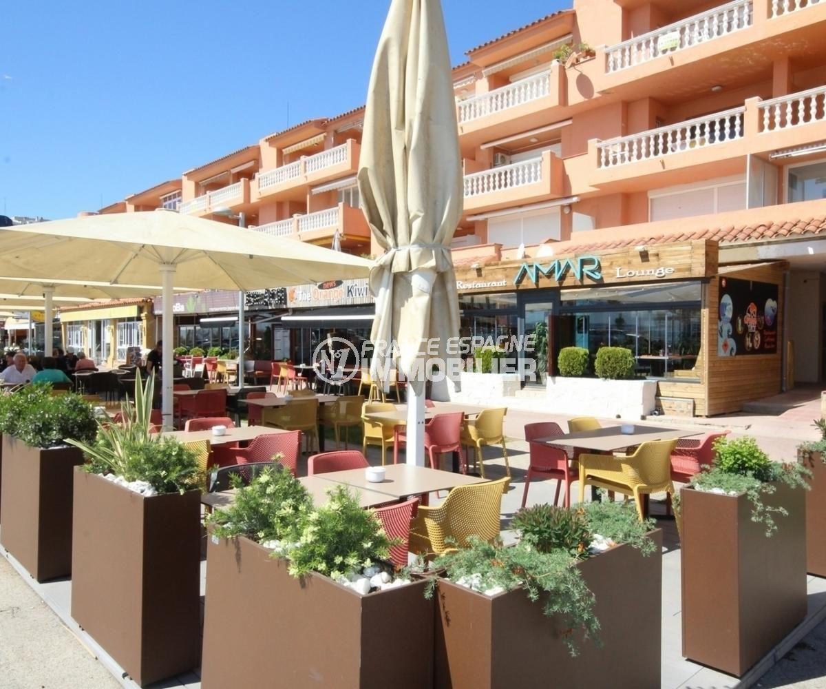terrasses de restaurants près de la plage aux alentours