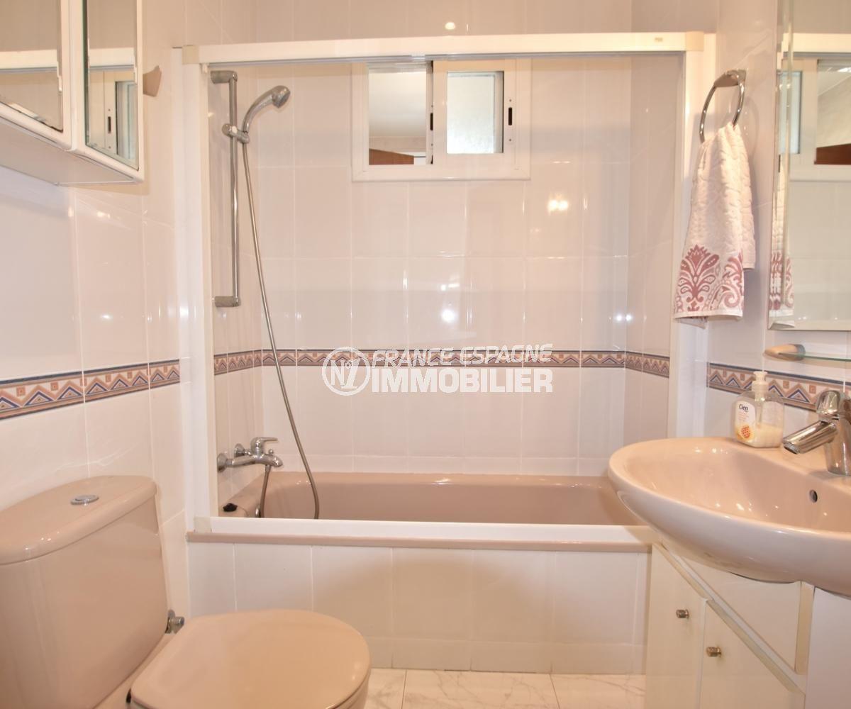 agence rosas: villa avec piscine, salle de bains avec vasque et wc