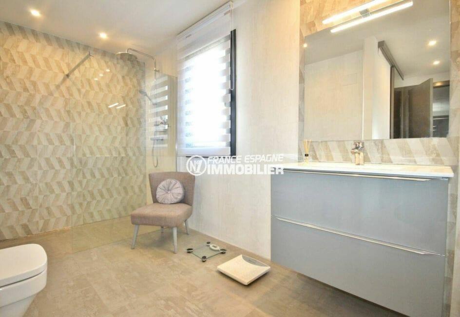 vente immobilière rosas: villa moderne, salle de bains standing de la suite parentale