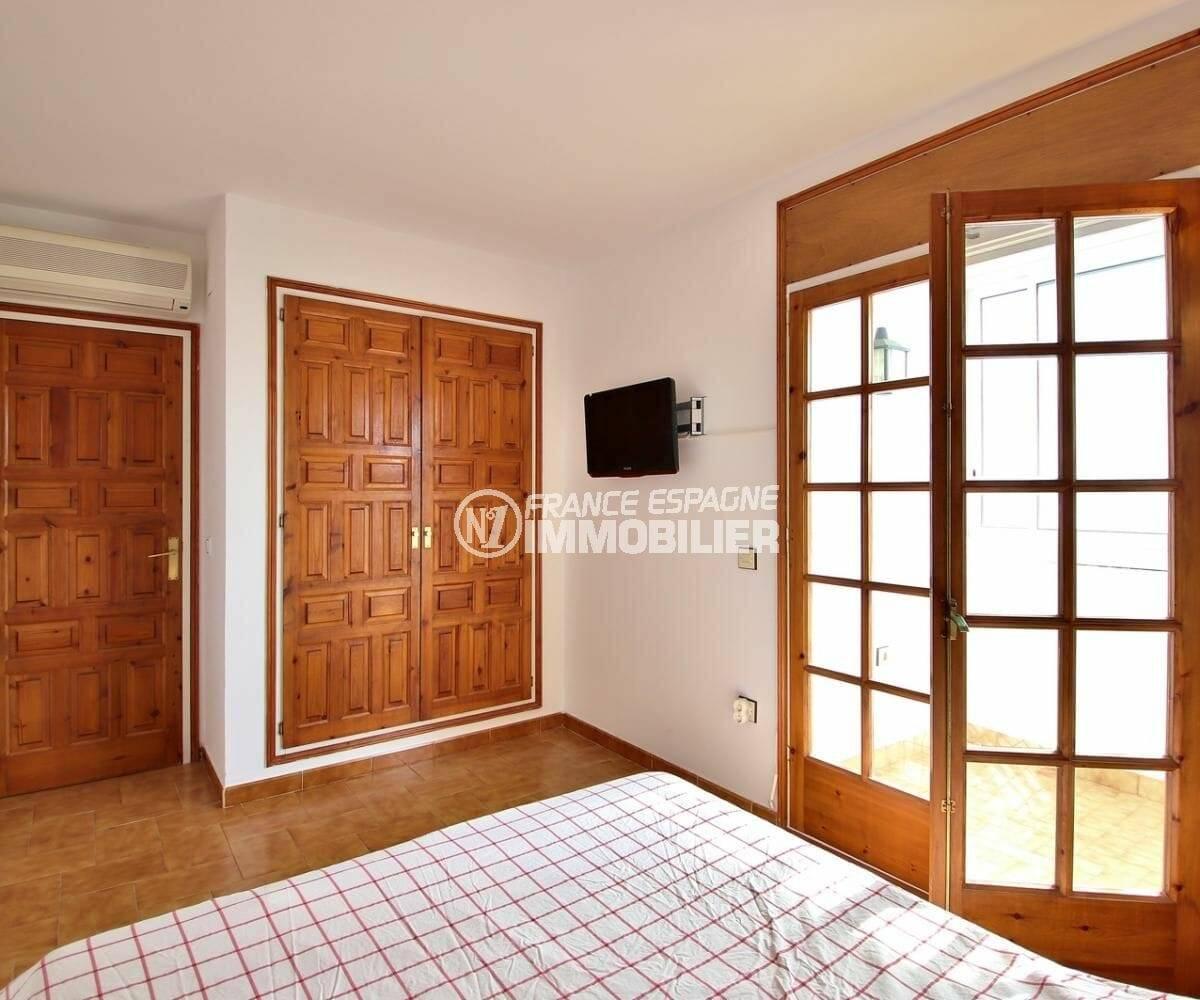 ventes immobilieres rosas espagne: appartement 65 m², chambre 1 avec placards et terrasse véranda