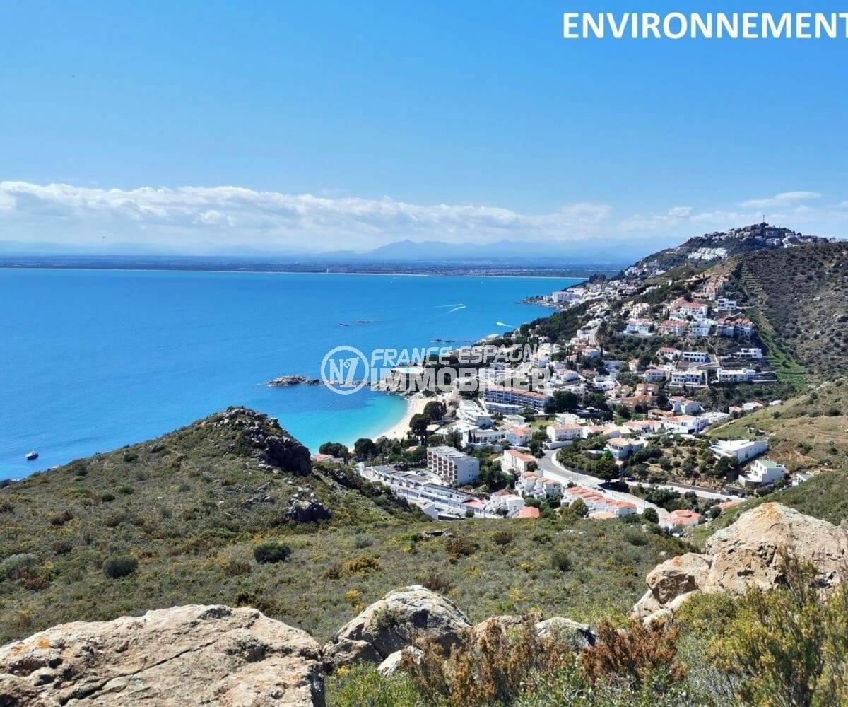 paysage montagneux avec vue sur la mer aux alentours