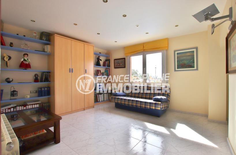 immo center rosas: villa 358 m², chambre 3 aménagée en  bibliothèque avec canapé convertible