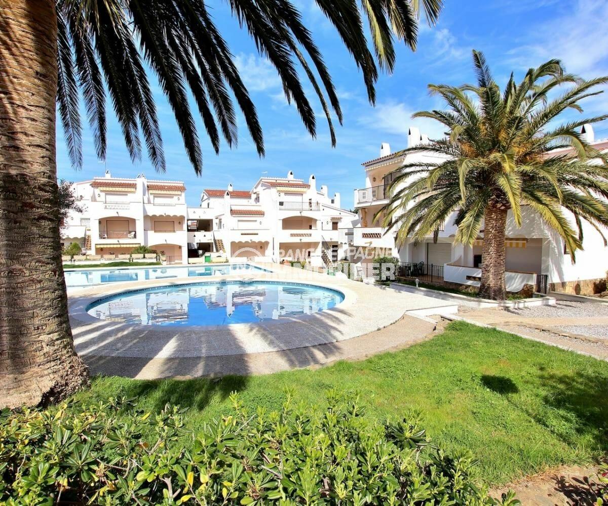 immocenter roses: appartement 34 m², vue sur la piscine et les extérieurs de la résidence