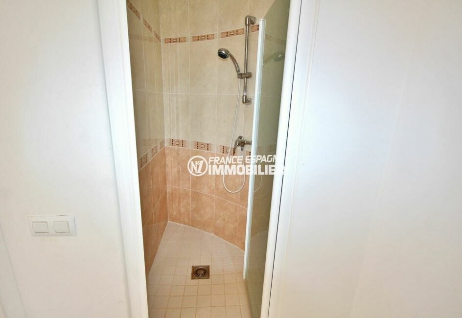 vente immobiliere espagne costa brava: villa 143 m², douche de la deuxième salle d'eau