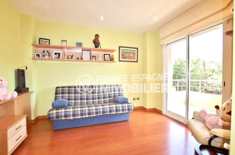 la costa brava: villa 358 m², chambre 4 avec canapé convertible accès terrasse
