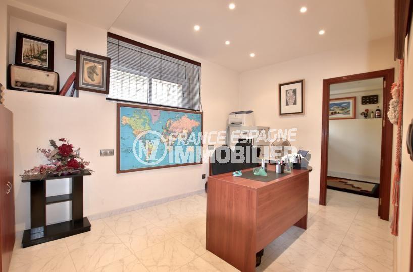 immocenter roses: villa 358 m², chambre 5 amenagée en bureau