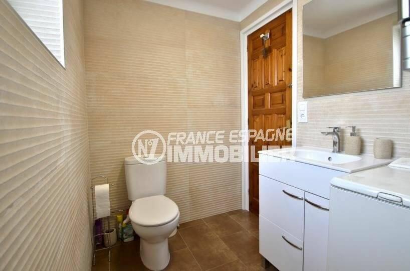 immo center roses: appartement atico, salle d'eau avec meuble vasque et wc