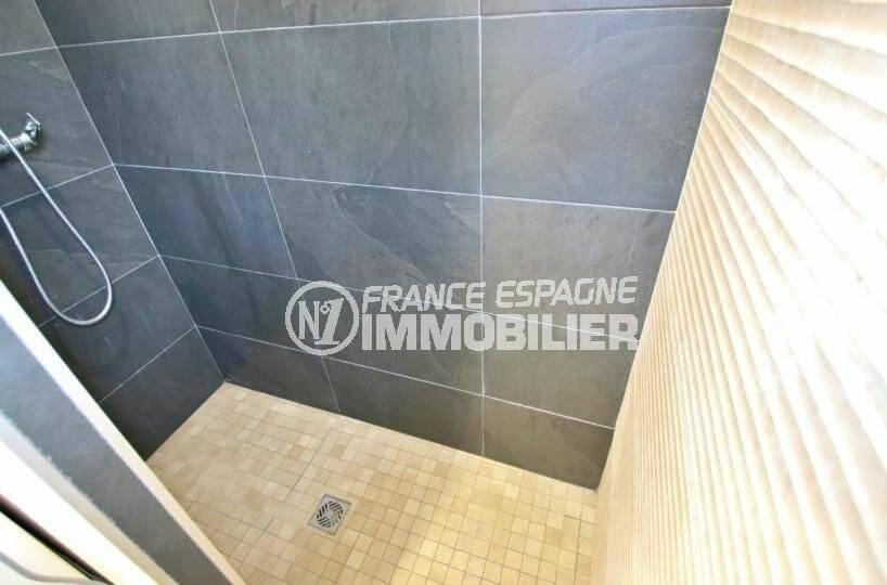 la costa brava: appartement atico 65 m², salle d'eau avec cabine de douche