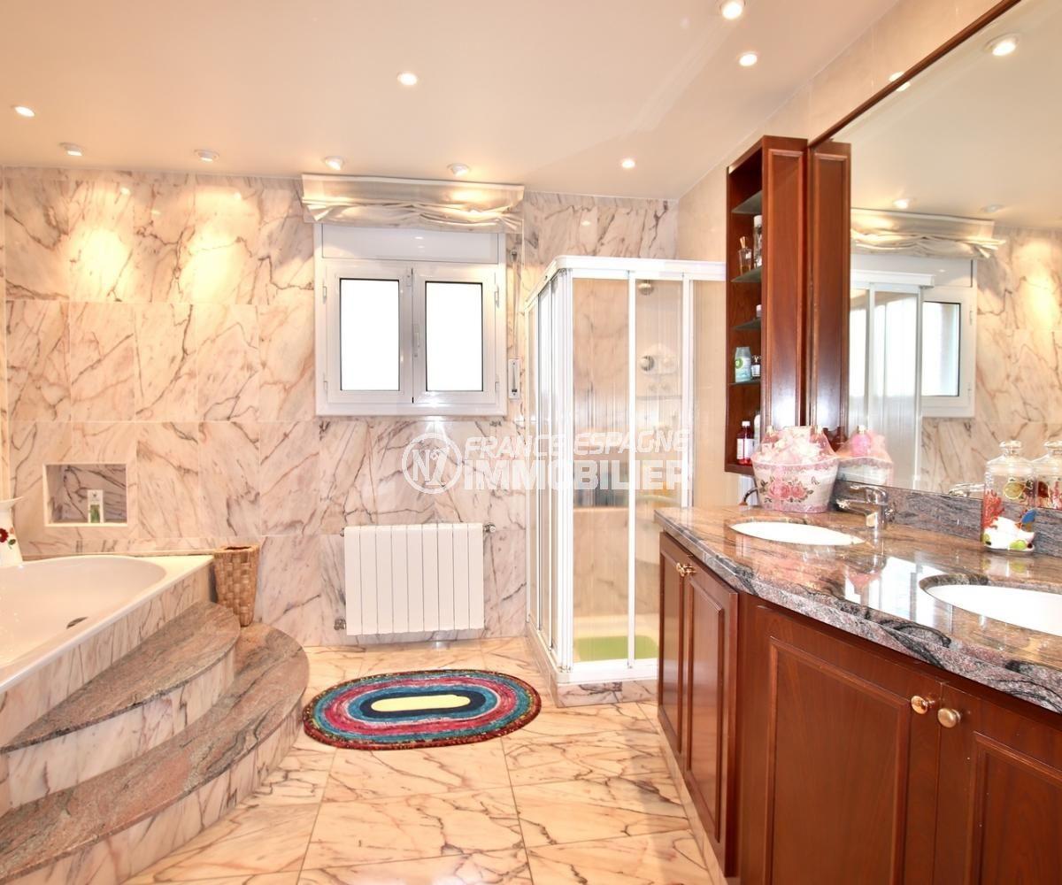 immobilier costa brava: villa 358 m², salle de bains avec baignoire d'hydromassage