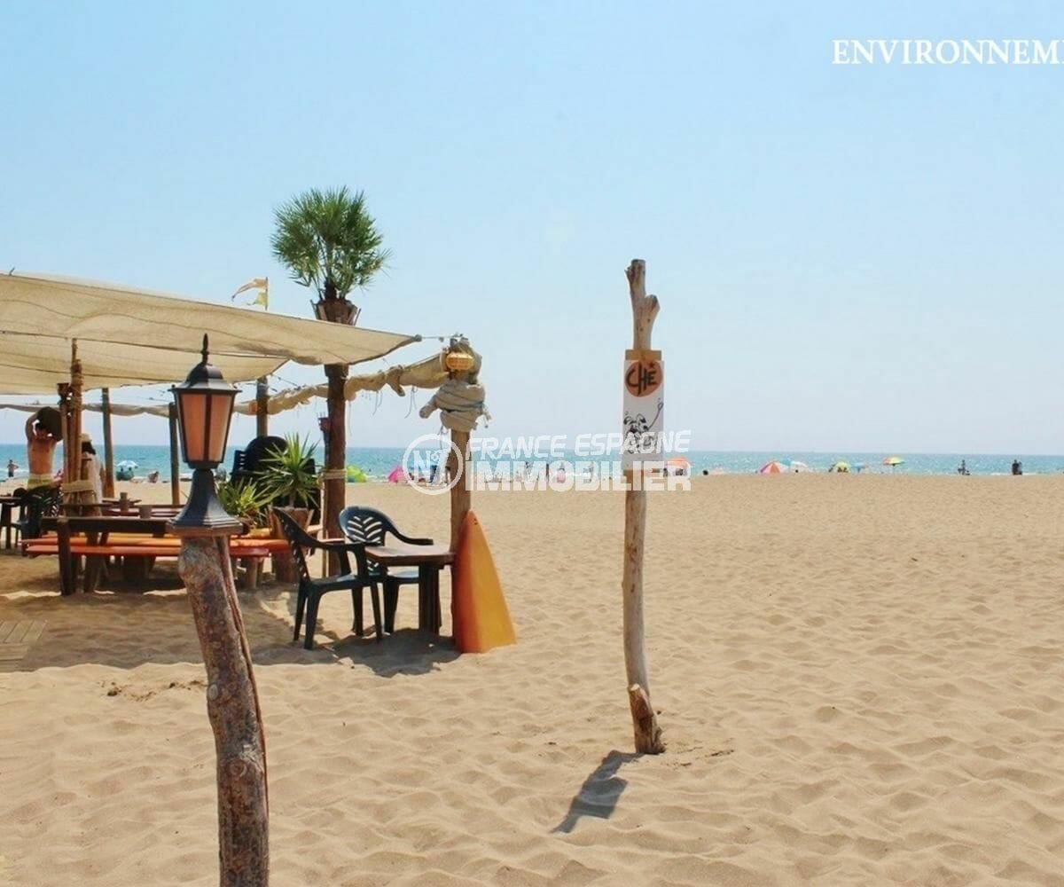 terrasse de restaurants près de la plage environnante
