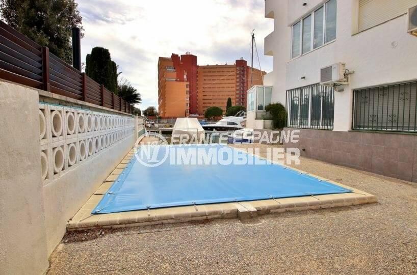 immocenter roses: appartement atico 65 m², petite résidence avec piscine communautaire