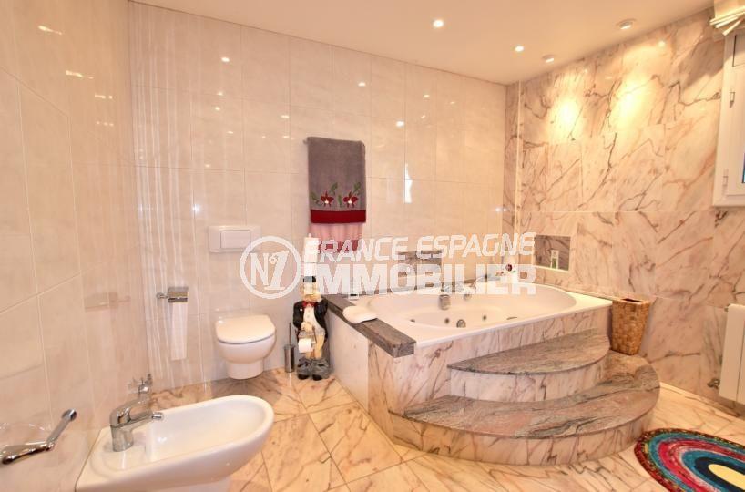 achat rosas: villa 358 m², salle de bains avec baignoire et bidet