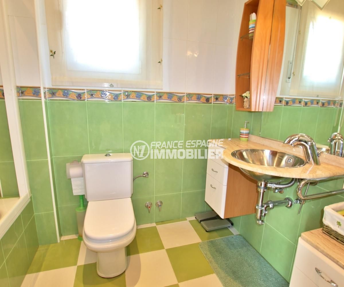 achat roses espagne: villa 358 m², deuxième salle de bains avec wc