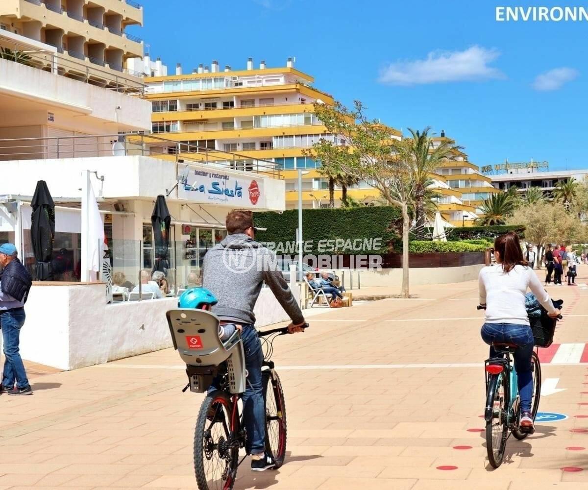 commerces et restaurants près de la plage environnante
