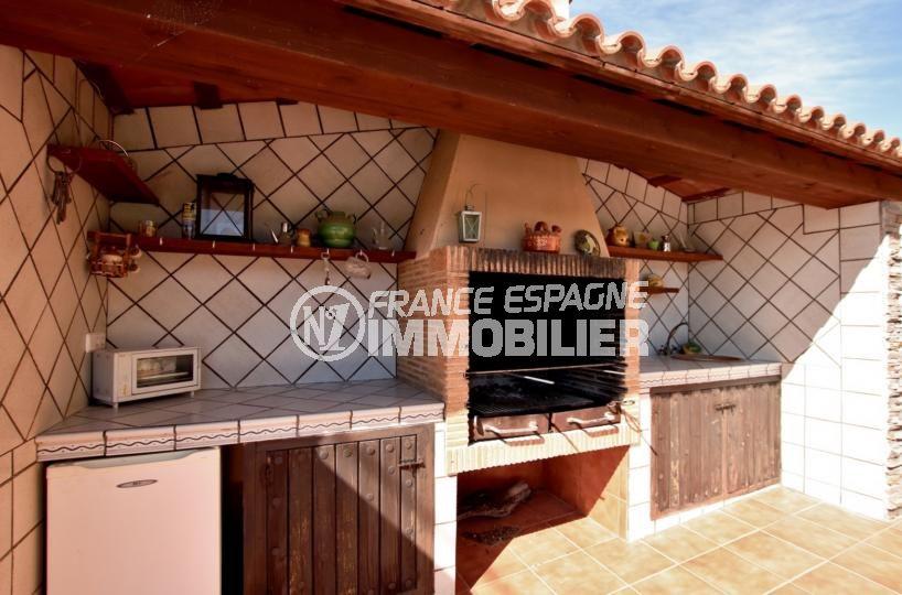achat villa rosas espagne, villa 358 m², cuisine extérieure avec bbq et point d'eau