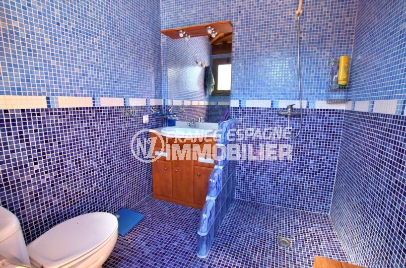 vente immobilier costa brava: villa 358 m², salle d'eau extérieure avec douch, meuble vasque et wc