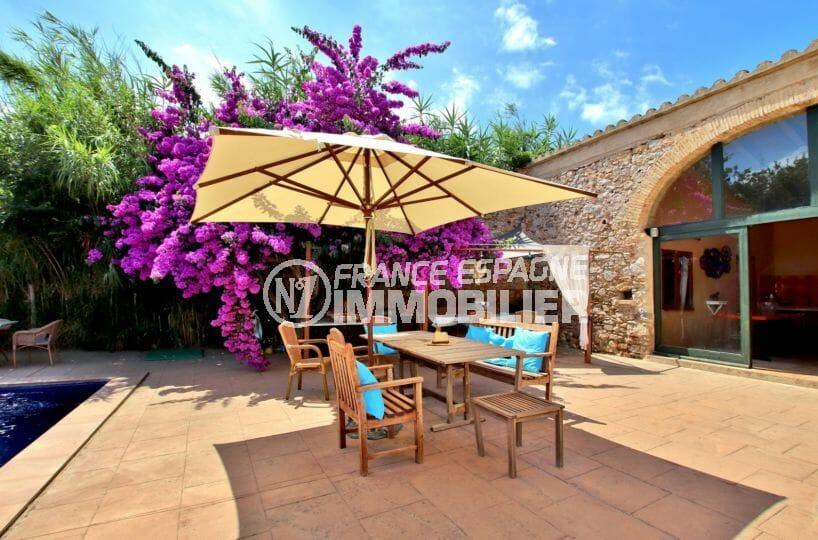 maison a vendre empuriabrava, investissement, coin détente près de la piscine accès salon
