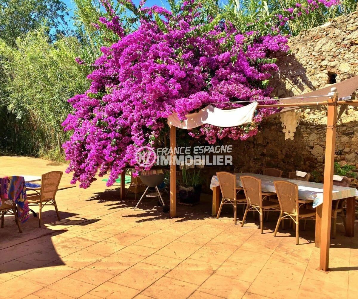 immo empuriabrava: villa318 m², coin repas ombragé près de la piscine