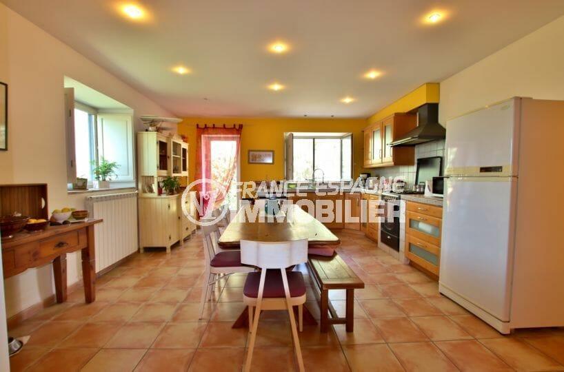agence empuriabrava: villa 318 m², cuisine de 28 m² équipée et fonctionnelle avec grande table