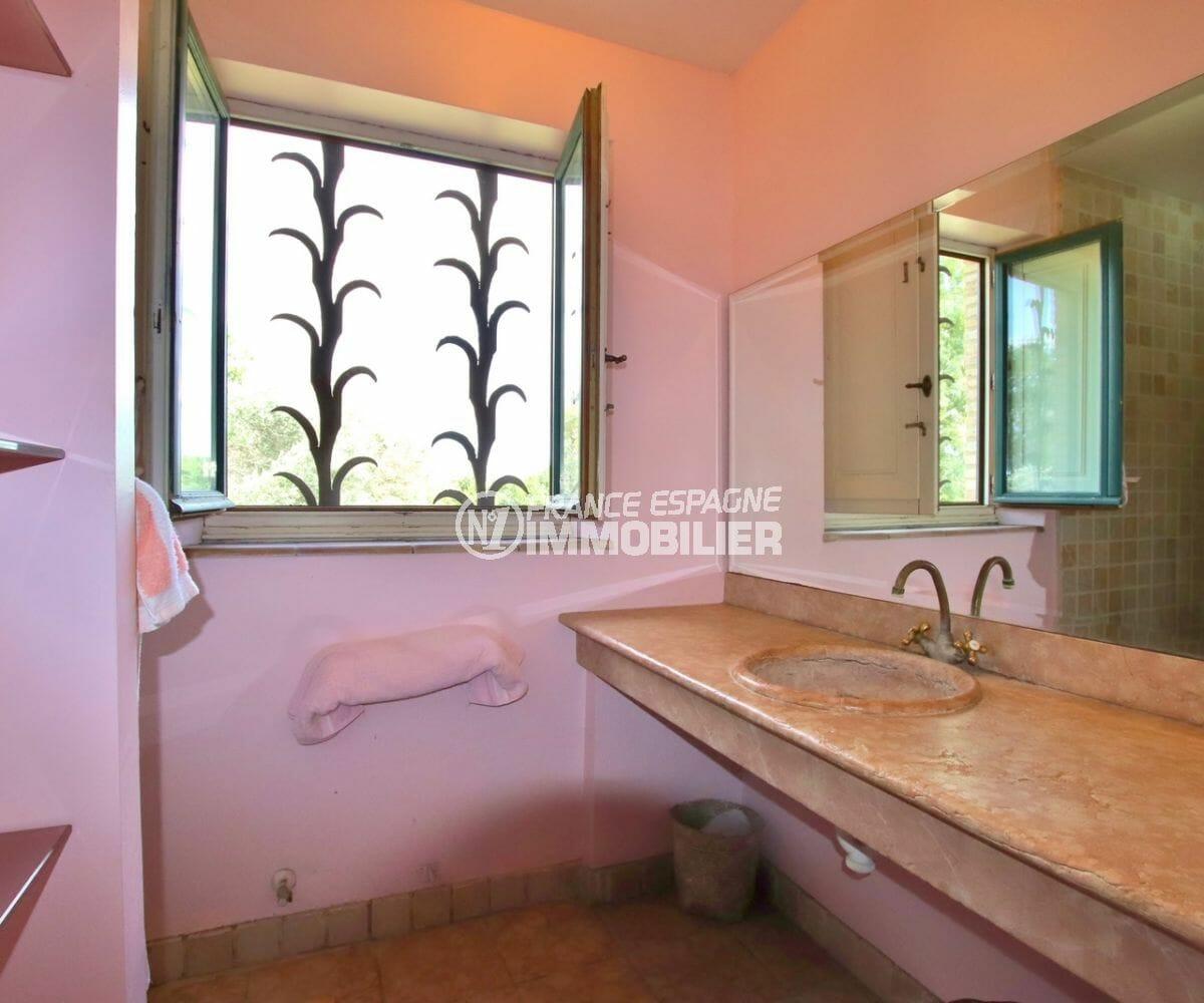 la costa brava: villa 318 m², salle d'eau attenante de la suite parentale
