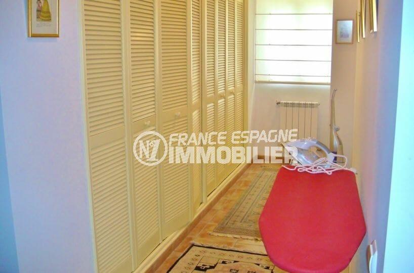 agence immobiliere costa brava espagne: villa 318 m², dressing de la suite parentale