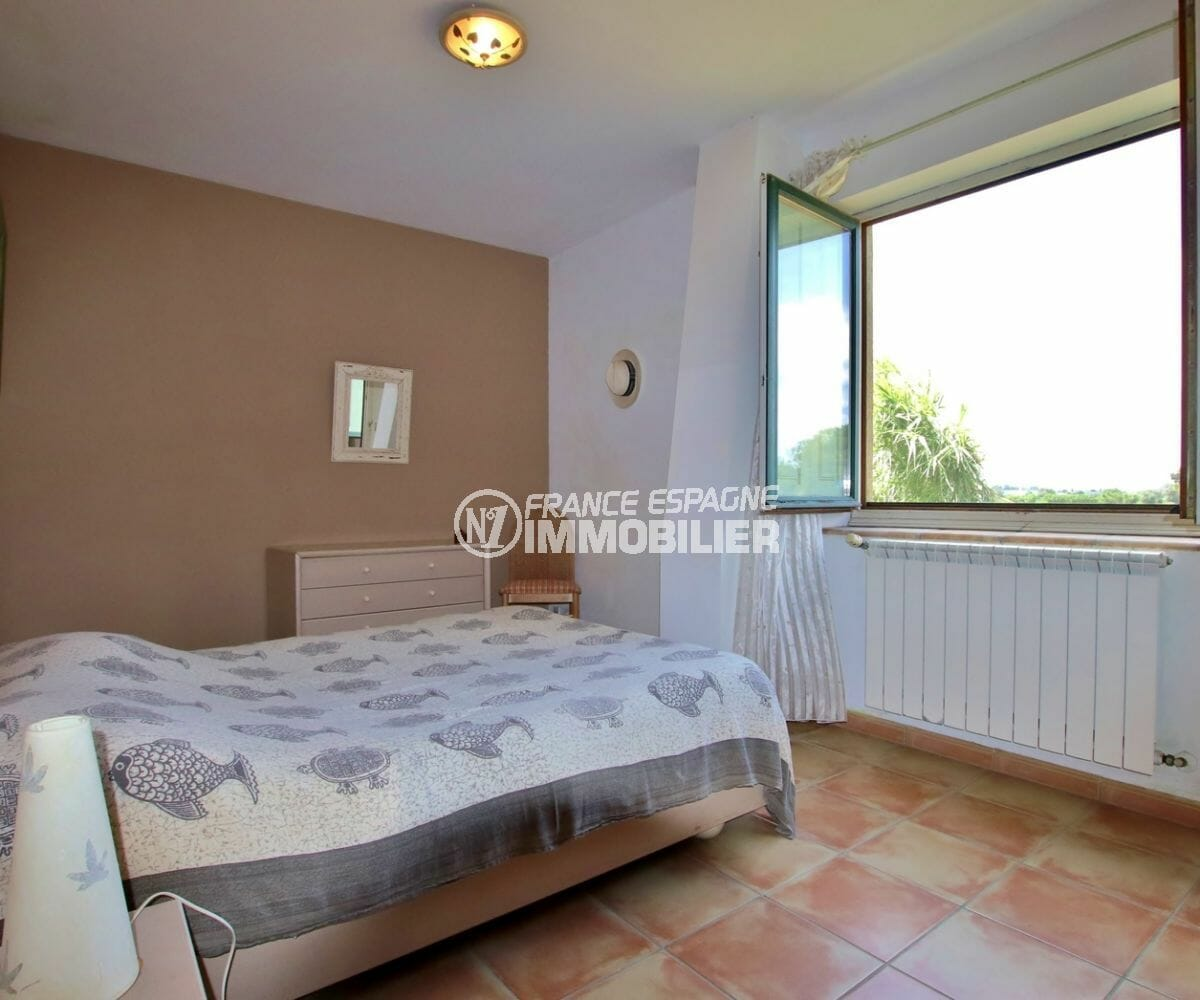 vente immobilière costa brava: villa 318 m², chambre 4 lumineuse avec lit double et placards