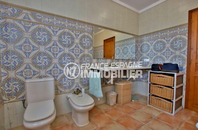 maison a vendre espagne bord de mer, piscine, salle de bains avec double vasques wc et bidet