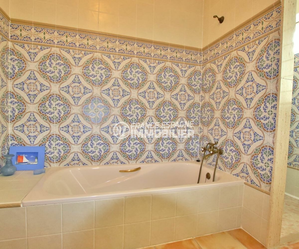 immo costa brava: villa 318 m², salle de bains avec baignoire et douche