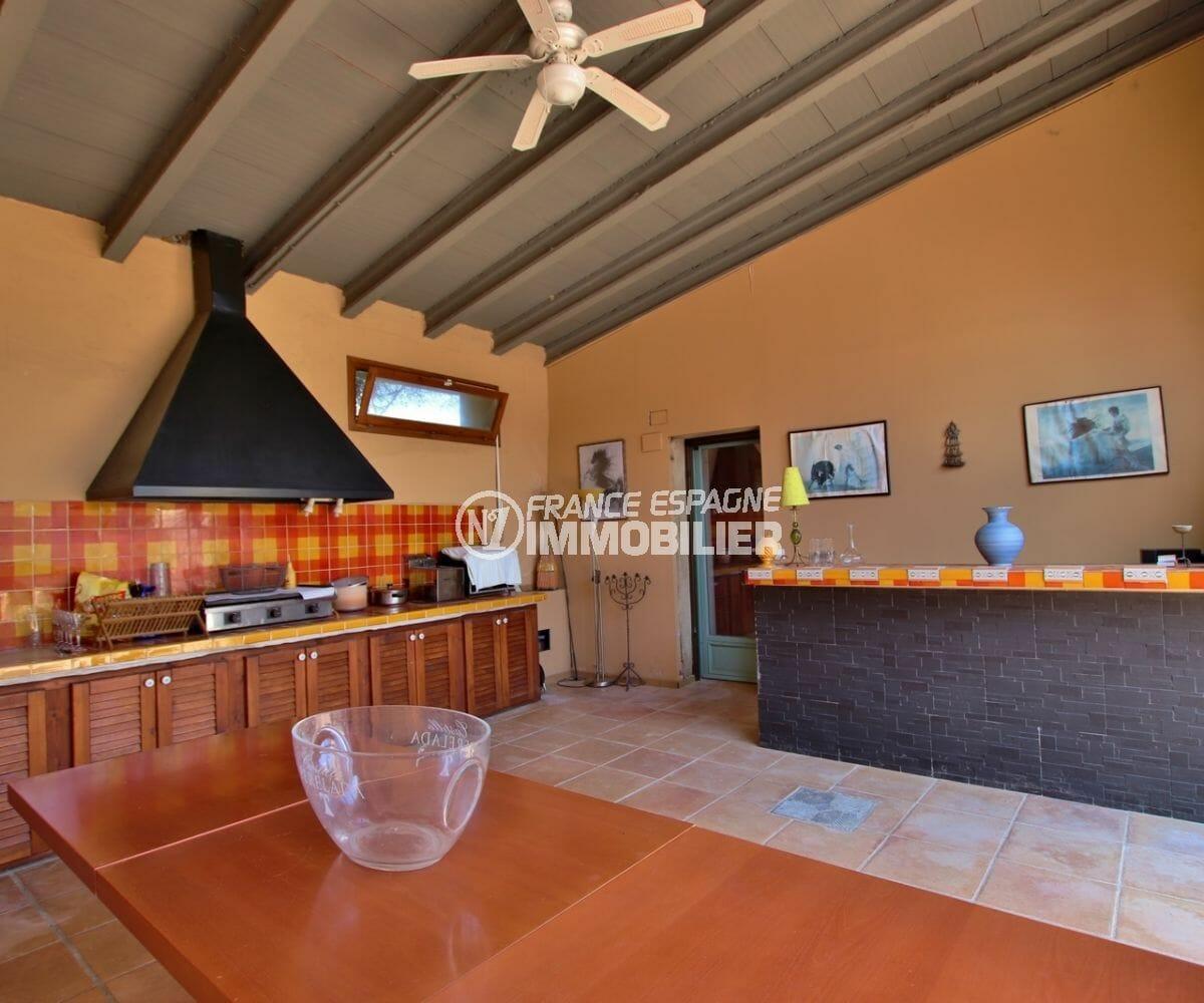 achat maison espagne costa brava, grand terrain, vue sur la cuisine d'été équipée avec rangements