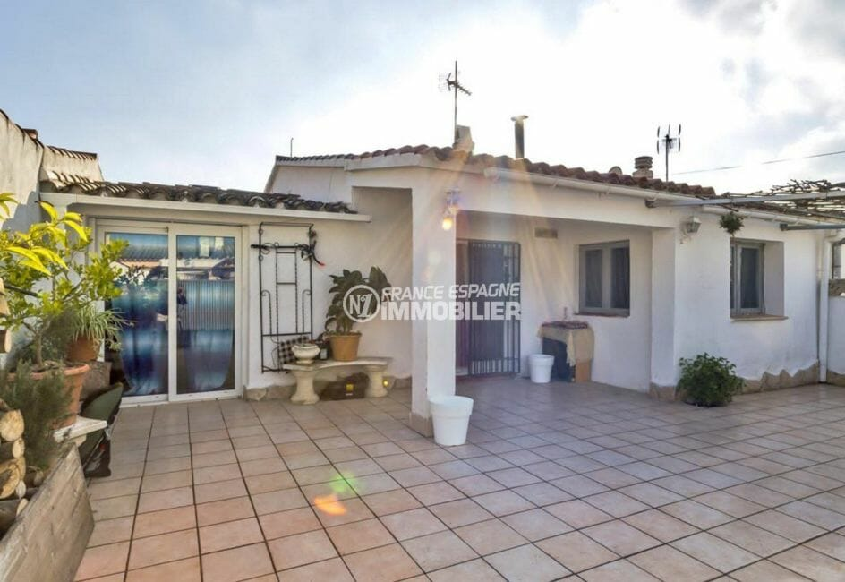 immobilier empuria brava: villa plain-pied avec garage, terrain piscinable, proche plage