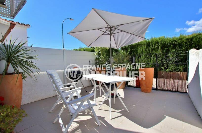 immobilier empuria brava: villa avec terrasse, secteur calme, parking, proche plage