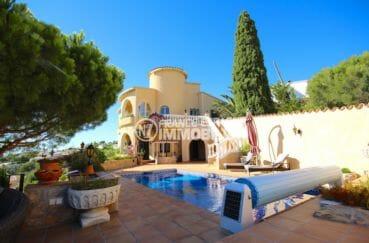 immo roses: villa proche plage, aperçu de la piscine chauffée au sel et la façade