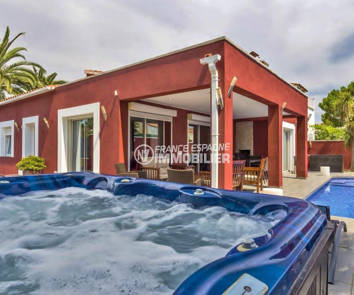 immobilier espagne: villa plain-pied avec piscine et jacuzzi, proche plage