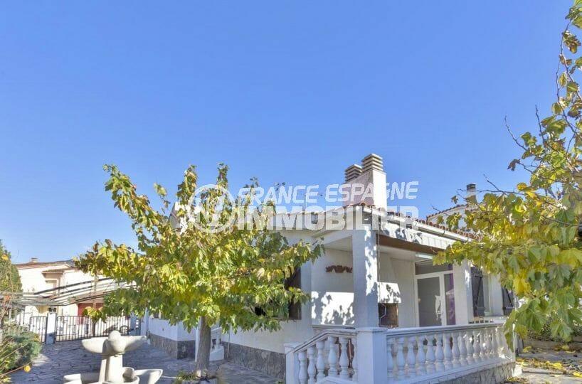 immobilier rosas: villa secteur prisé, parking, possibilité piscine, proche plage