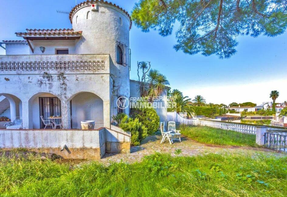 maison a vendre empuria brava, amarre, jolie façade avec accès au canal amarre