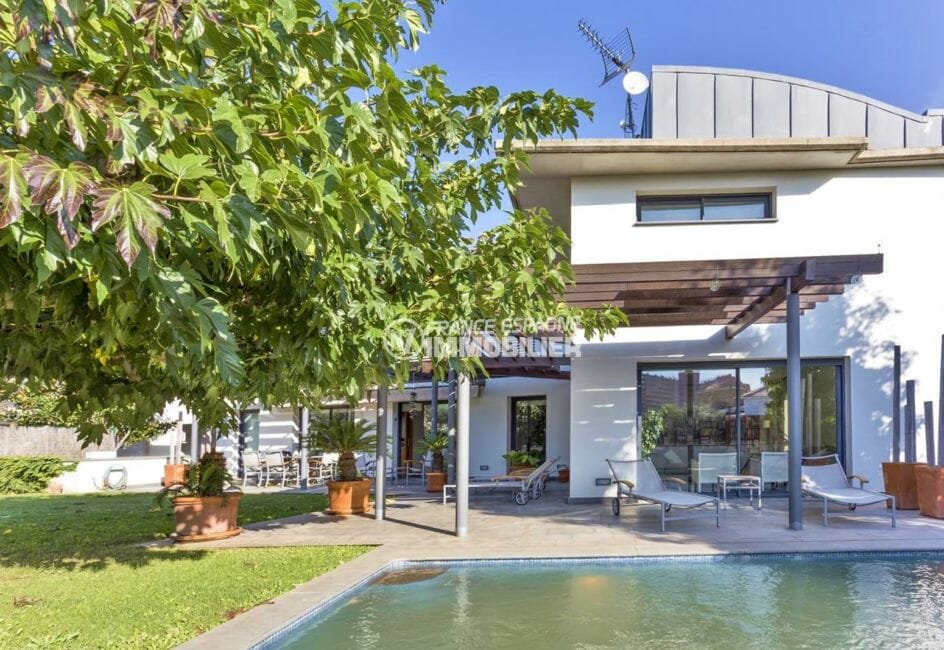 immobilier rosas: villa contemporaine, secteur prisé, piscine et garage, proche plage