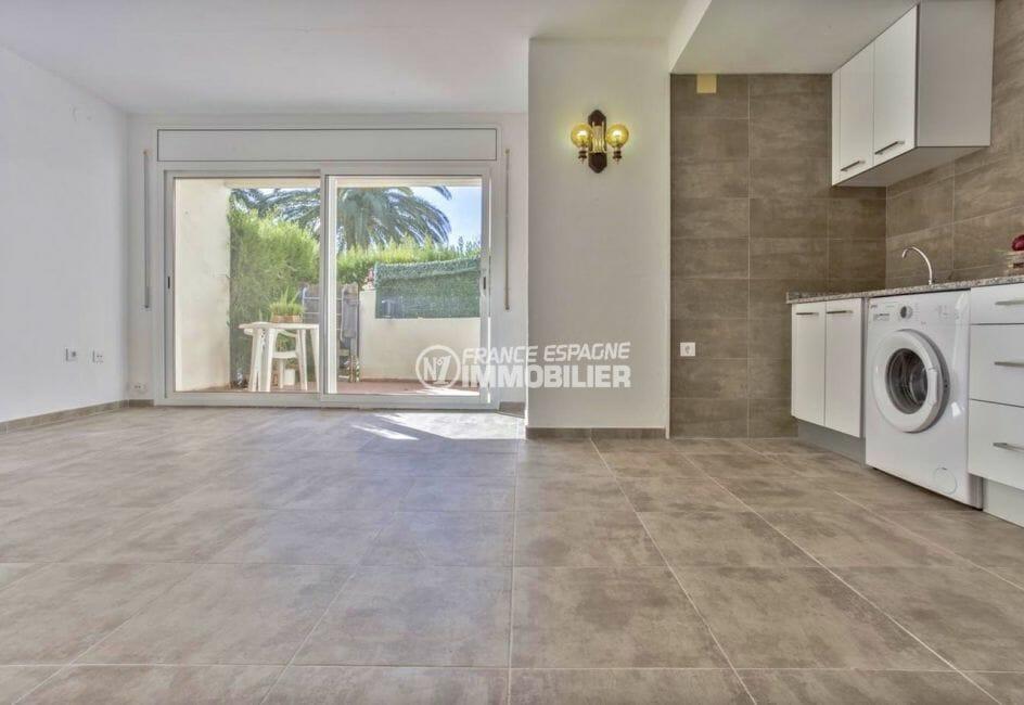 immobilier empuria brava: appartement rénové, piscine et parking, proche plage et commerces
