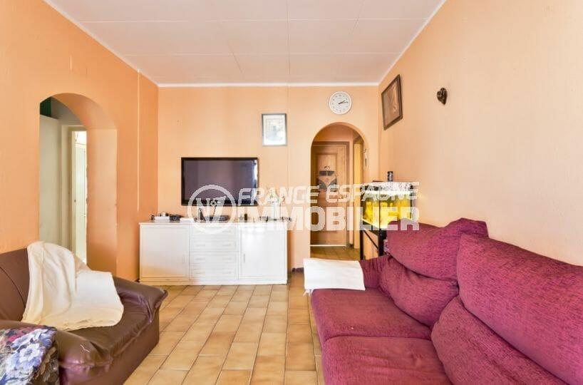 maison a vendre empuriabrava, proche plage, salon avec rangements et canapés