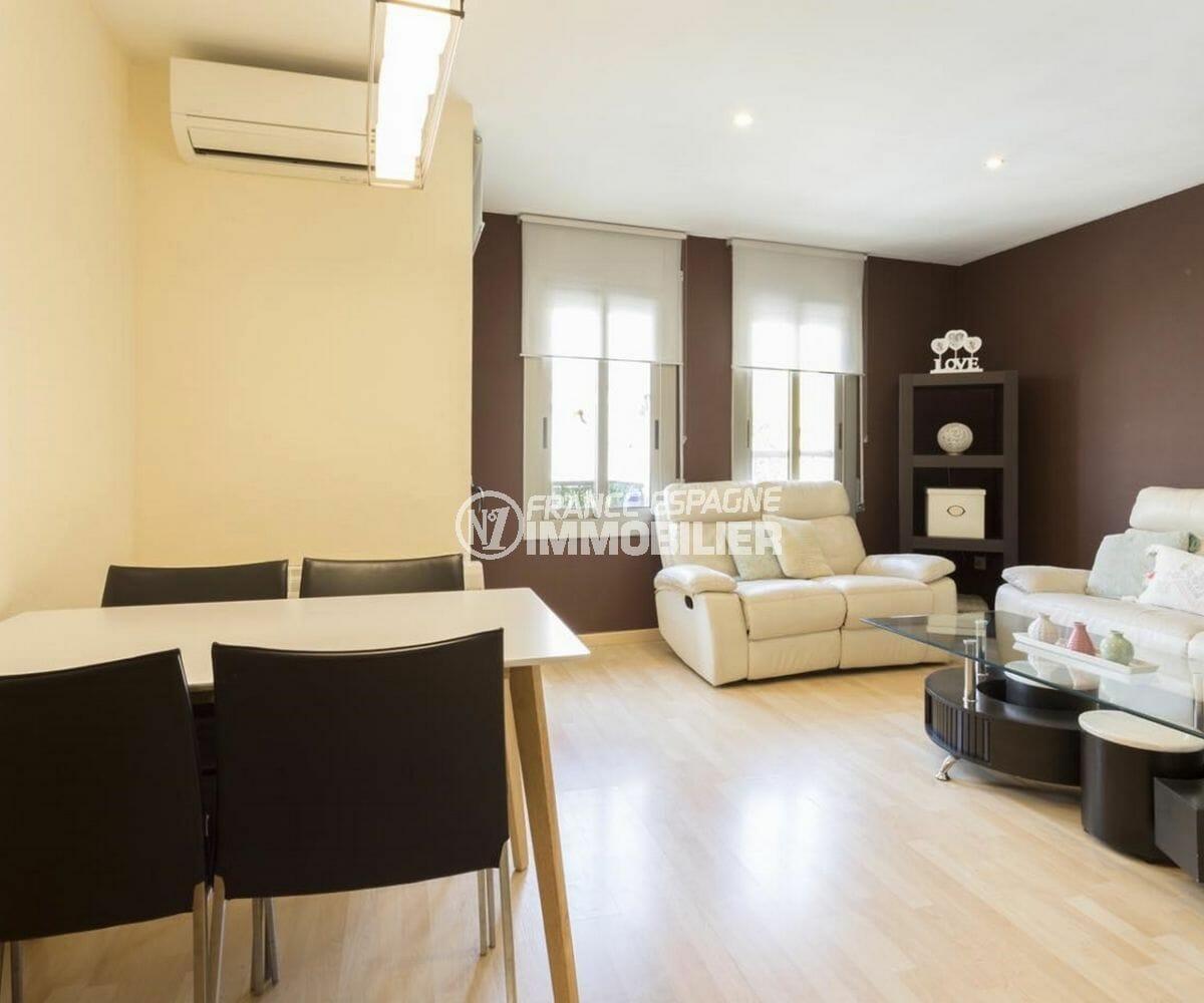 appartement a vendre rosas, centre-vile, salon / séjour lumineux