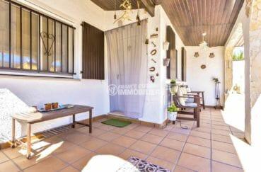 maison a vendre empuria brava, proche plage, aperçu de la porte d'entrée et coin détente