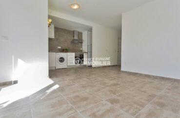 vente appartement empuriabrava, piscine, vue sur le salon / séjour avec cuisine ouverte