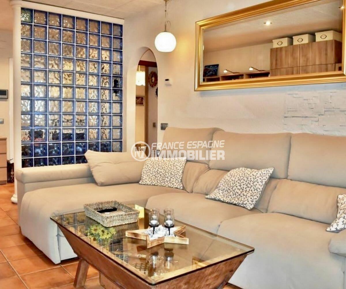 agence immobiliere costa brava: villa 107 m², salon avec séparation en briques de verre