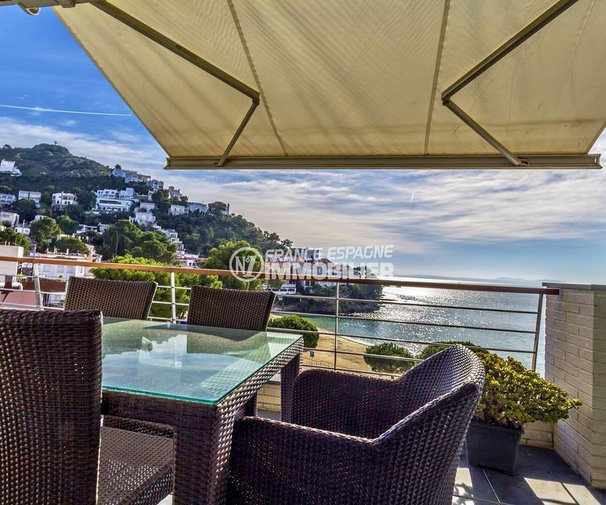 immobilier rosas: appartement atico dans résidence standing, parking, piscine, front de mer