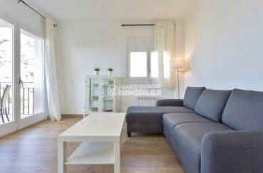 agence immobiliere costa brava: appartement 73 m², salon lumineux avec accès terrasse