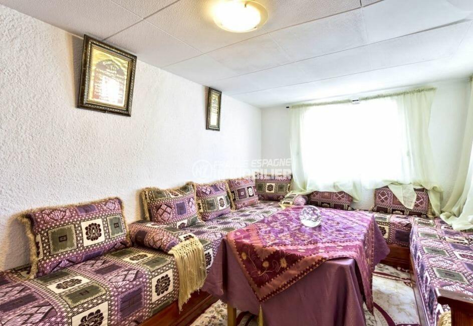 maison empuriabrava, proche plage, séjour avec un grand canapé et une table