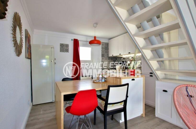 agence immobiliere costa brava: villa proche plage, cuisine ouverte sur salon / séjour