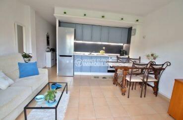 immo roses: appartement 43 m², cuisine ouverte sur le salon / séjour coin repas